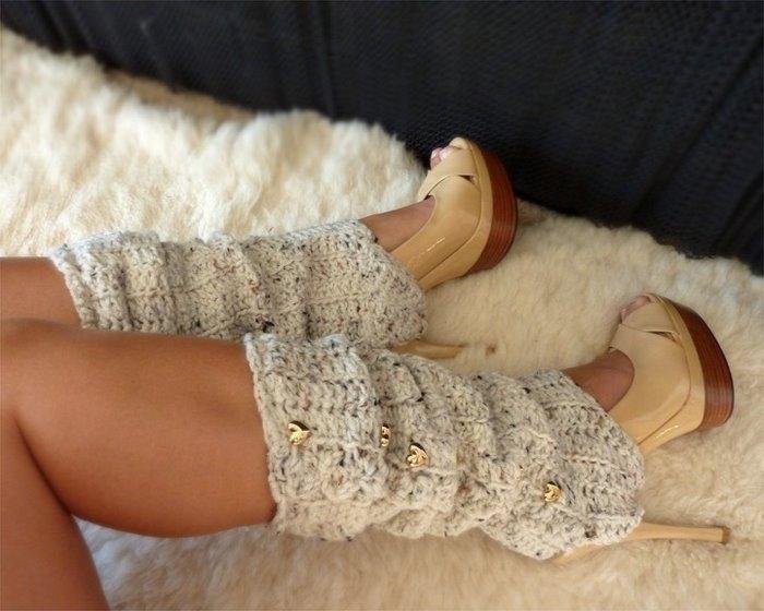 Ажурные вязаные гетры с золотыми пуговицами можно носить с высокими каблуками