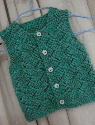 Ажурная зелёная жилетка с пуговицами для мальчика или девочки