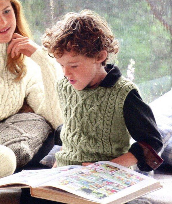 Красивая зелёная жилетка для мальчика с переплетениями
