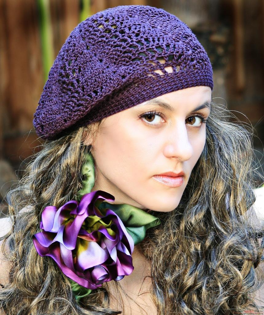 Фиолетовый берет с ажуром вязанный