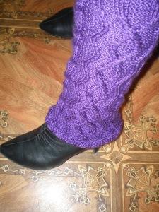 Узкие фиолетовые ажурные гольфы без носка связанные спицами на каждый день для красоты и тепла