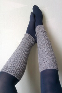 Элегантные гетры-чулки с ажурной вязкой до колена связанные спицами