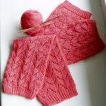 Ажурные вязанные гетры спицами розового цвета с резинкой на верхнем и нижнем краю