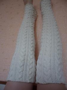 Вязанные спицами высокие белые гольфы без носка с плотными косами