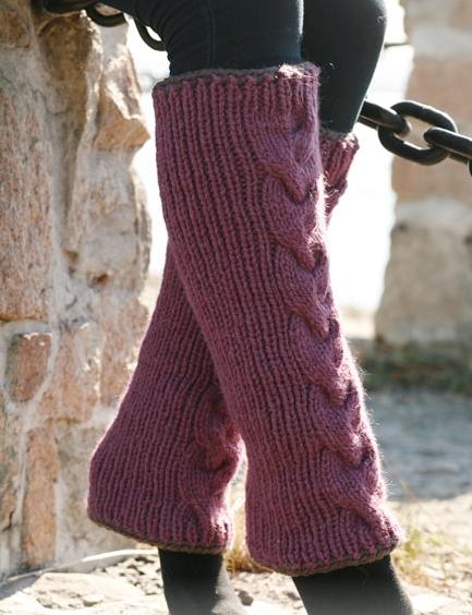 Вязанные спицами женские гетры с косой