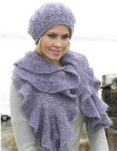 Вязанный берет спицами по голове и шарф с воланами