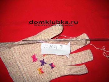 Процесс вязания перчатки