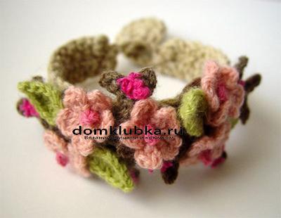 Вязаный браслет с цветами