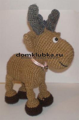 Красивый олень с шарфиком