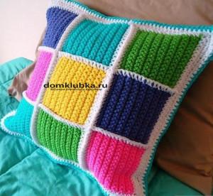 Вязаная подушка из квадратиков