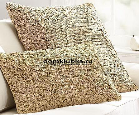 Золотистая вязаная подушка