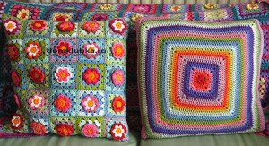 Цветные вязаные подушки