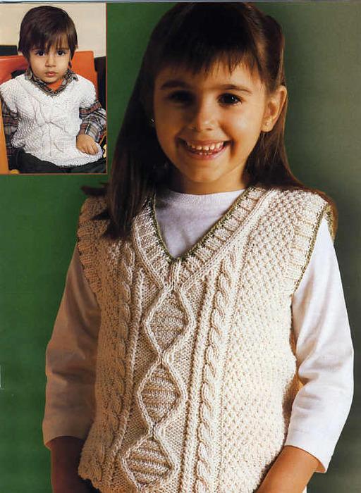 Светлая жилетка для мальчика и для девочки с рисунком из кос