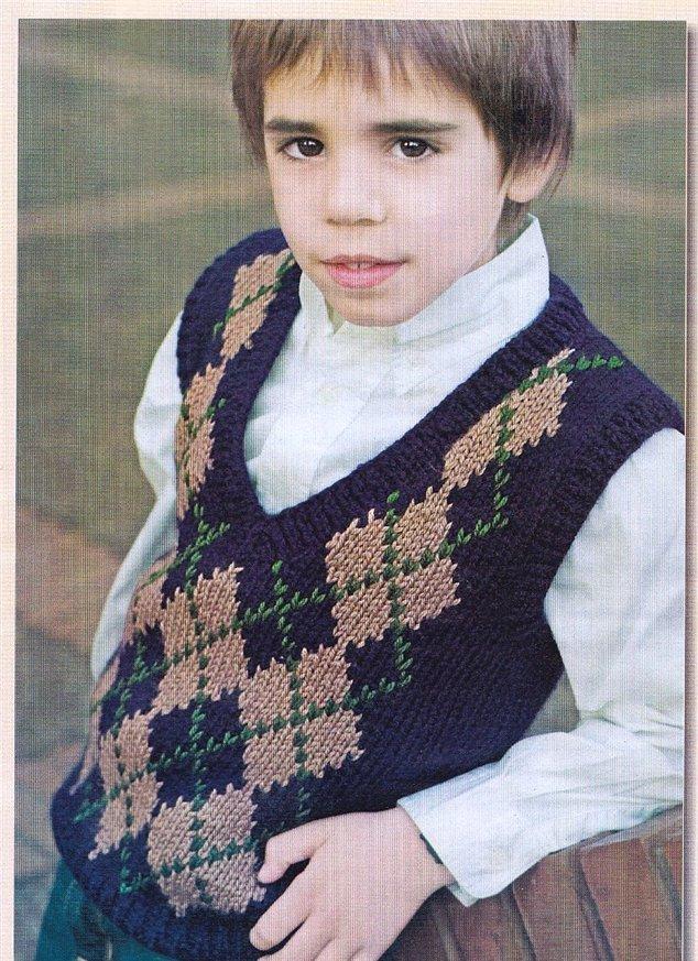 """Вязаная спицами жилетка для мальчика с рисунком """"ромбы"""" и V-вырезом"""