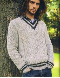 Светлый пуловер с косами и V-образным вырезом