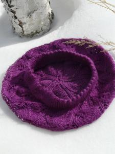 Фиолетовый берет с узором