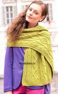 Салатовый шарф на плечах