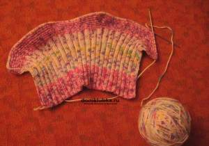 Процесс вязания манишки