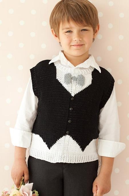 """Черно-белая жилетка вязаная спицами для мальчика с рисунком """"фрак"""""""