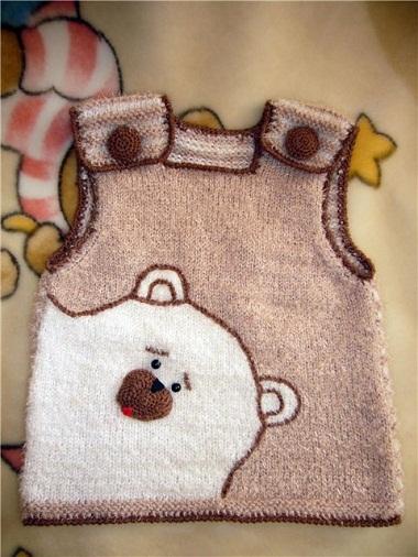 """Коричневая жилетка для мальчика связана спицами с рисунком """"медведь"""" и застежкой на плечах"""