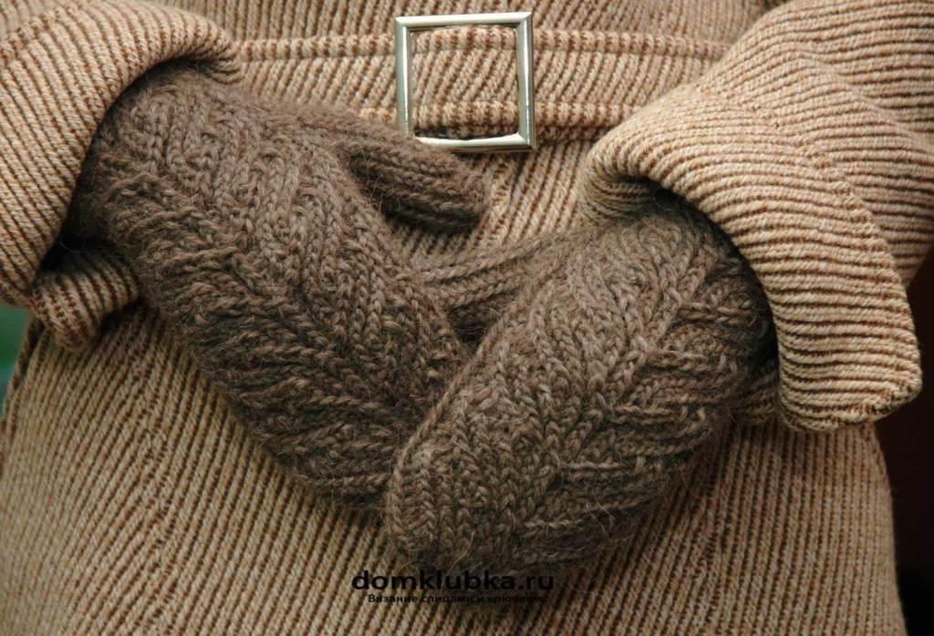 Вязанные рукавицы к зимнему пальто тоже подходят