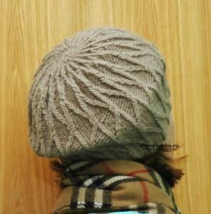 Головной убор с тонкими косами связанный спицами