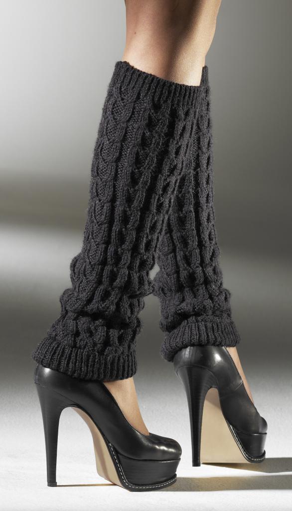 Как носить черные вязанные гольфы без носка с узором вместе с туфлями на высоких каблуках