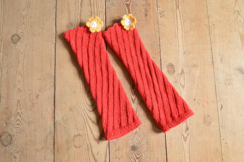 Вязаные спицами красные простые гольфы без носка со спиральным рисунком и желтым цветком для ярких особ