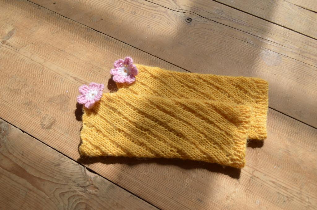 Жёлтые детские гетры с цветочками для детей