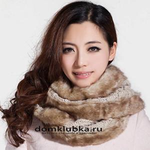 Вязаный шарф, оформленный меховыми вставками