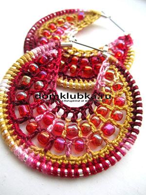Разноцветные вязаные серьги с малиновыми и красными бусинками
