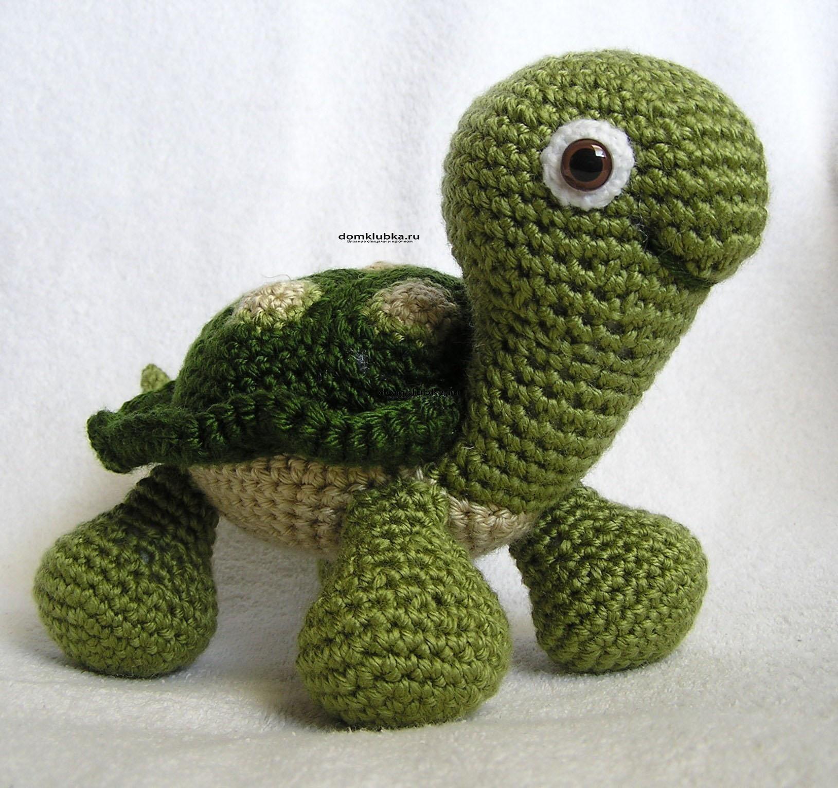 Зелёная вязаная черепашка