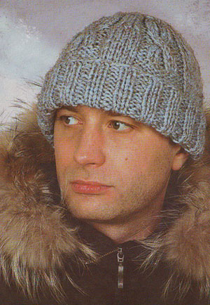 элегантная мужская шапка с рисунком коса спицами